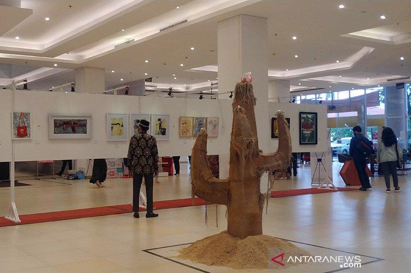 Sejumlah pelukis pameran di Padang