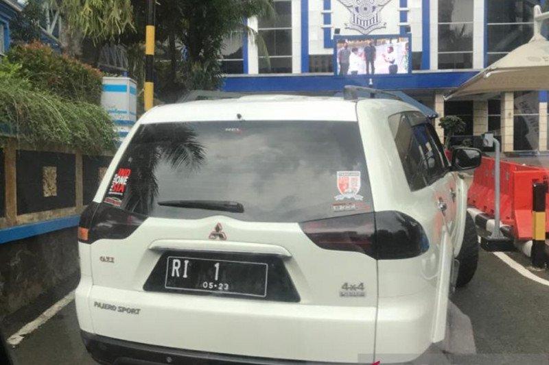 Kemarin, mobil RI 1 palsu terobos Mabes Polri hingga begal ditembak