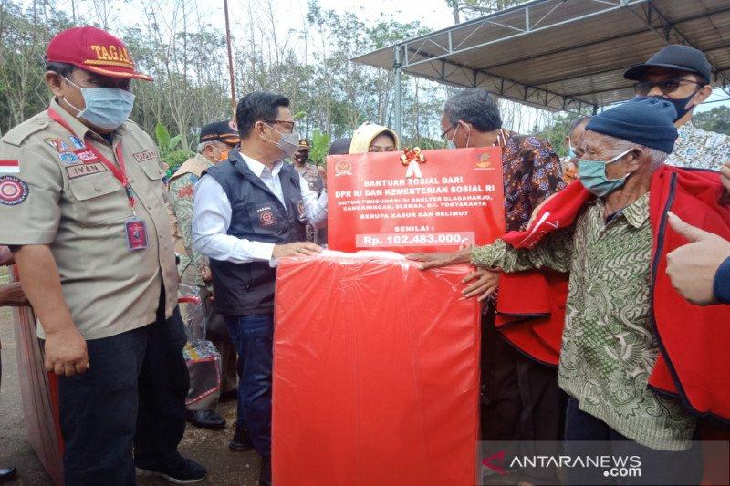 Kemensos-Komisi VIII DPR bantu selimut dan alas tidur pengungsi Merapi