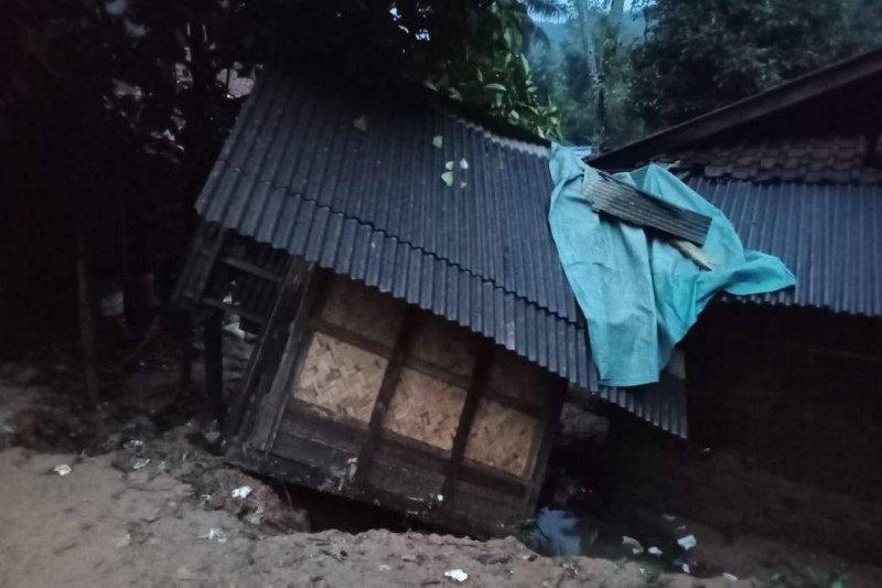11 rumah dan satu jembatan di Lebak rusak dilanda longsor