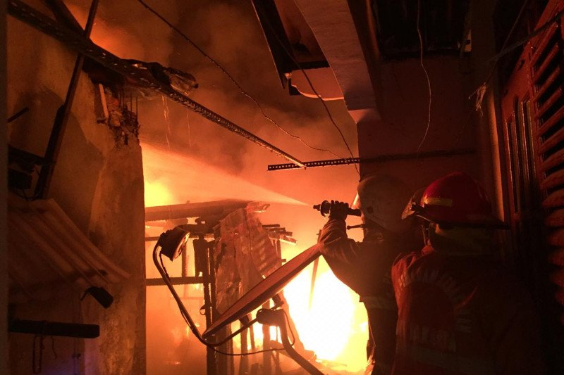 Kebakaran di Bidara Cina Jatinegara, 15 mobil Damkar berhasil padamkan