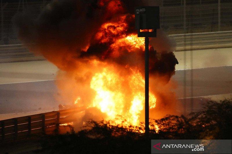 Terlibat kecelakaan, mobil pembalap F1 Haas Romain Grosjean hangus terbakar