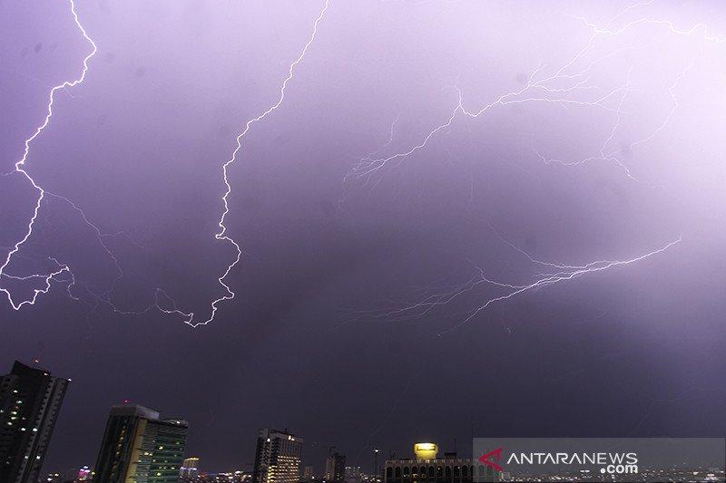 Selasa, waspadai angin kencang disertai petir di Jakarta