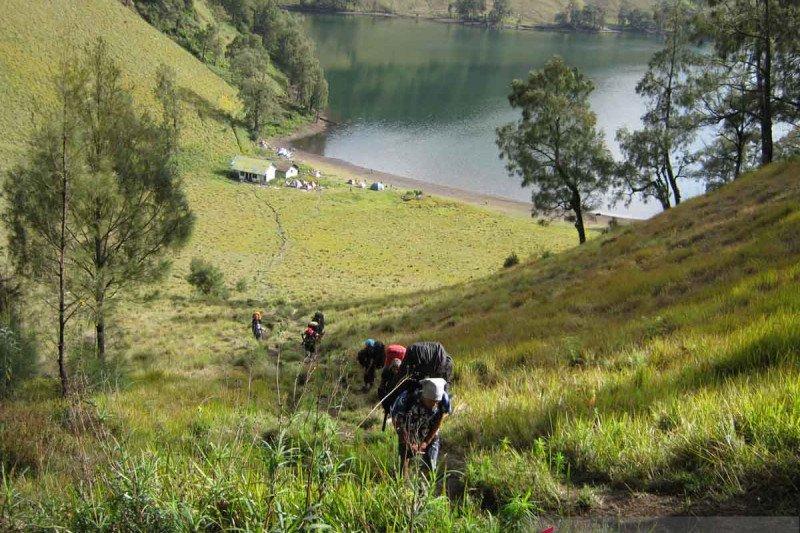 Aktivitas Semeru meningkat, jalur pendakian ditutup