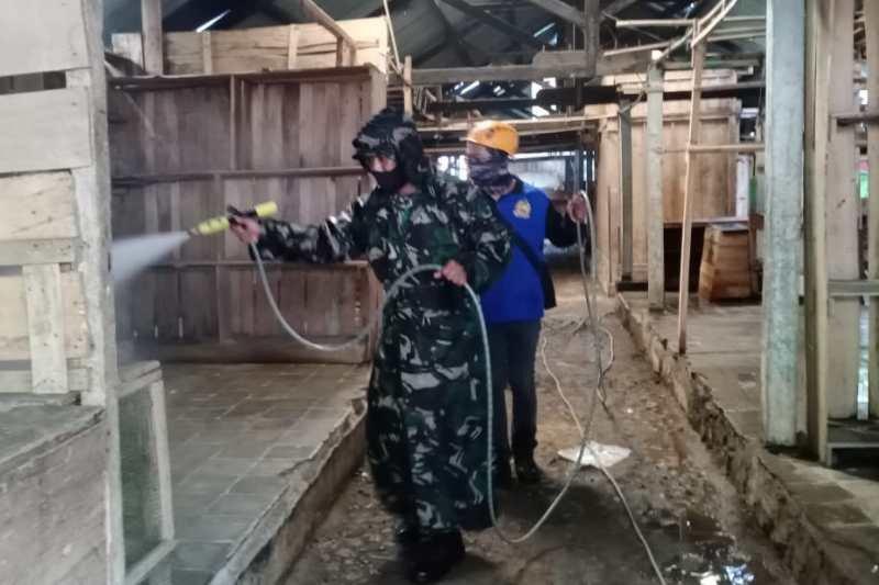 TNI dan BPBD Wonosobo semprotkan disinfektan di pasar tradisional