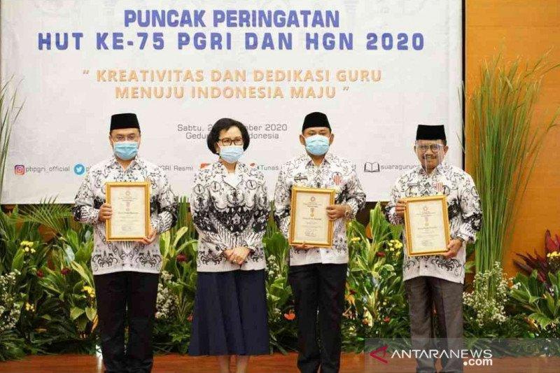 PB PGRI berikan penghargaan Dwija Praja Nugraha untuk Bupati Bekasi