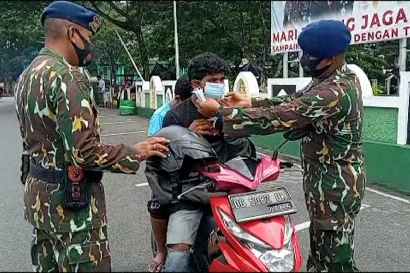 Brimob Polda Malut sosialisasi prokes dan membagikan masker di Ternate