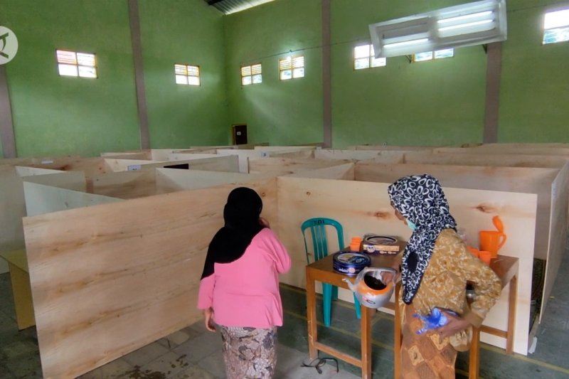 Cegah COVID-19, pengungsian warga di sekitar Merapi disekat tripleks