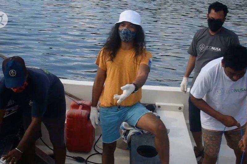 Econusa gunakan jaring bersihkan laut Banda Neira