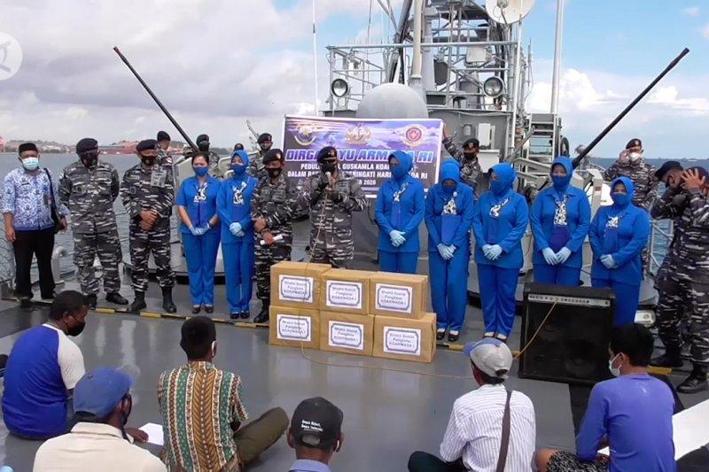 TNI AL bagikan ratusan paket sembako kepada nelayan Pulau Ngenang