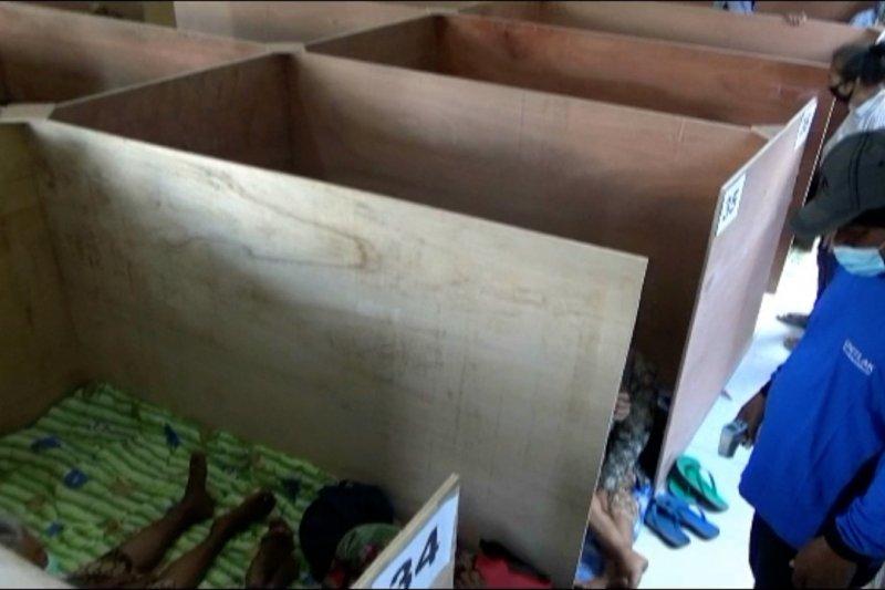 Partisi dan nasi bungkus, cegah penularan COVID-19 dipengungsian Merapi