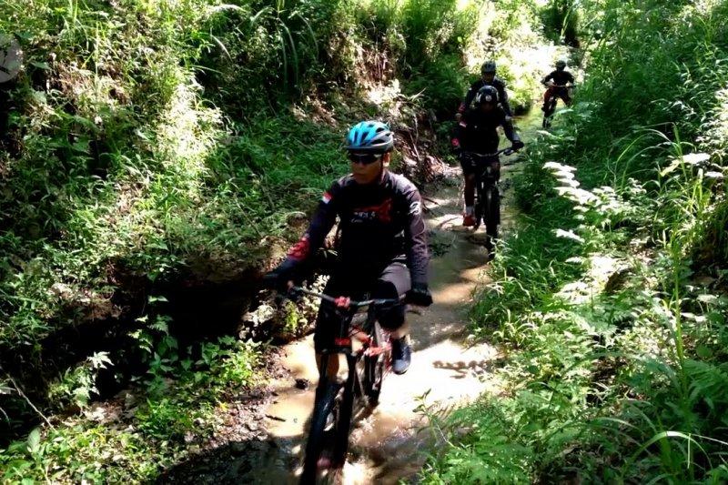 Memadukan wisata perkebunan dengan olahraga sepeda gunung