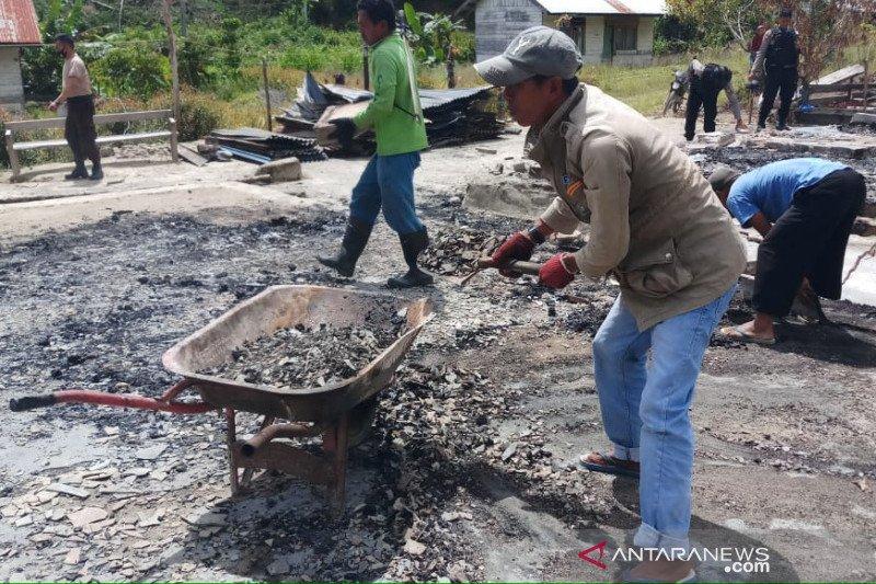 Polisi bersihkan sisa puing rumah warga yang dibakar MIT di Sigi