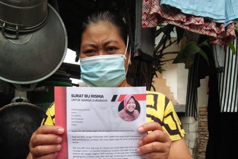 Sejumlah warga Surabaya antusias sambut