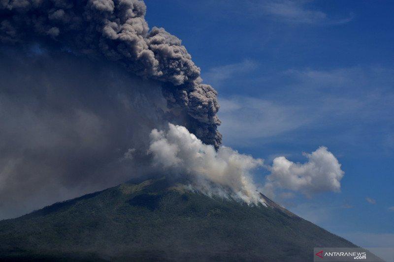 Erupsi gunung Ili Lewotolok tak ada kaitan dengan gunung api lain