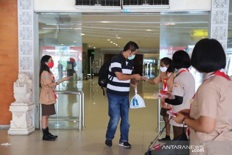 AP I-Kwarda Pramuka Bali bagikan masker di Bandara I Gusti Ngurah Rai