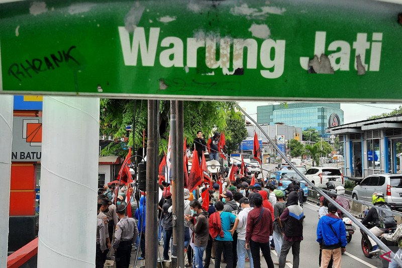 Tuntut pembayaran upah puluhan massa berorasi depan PLN Batubara
