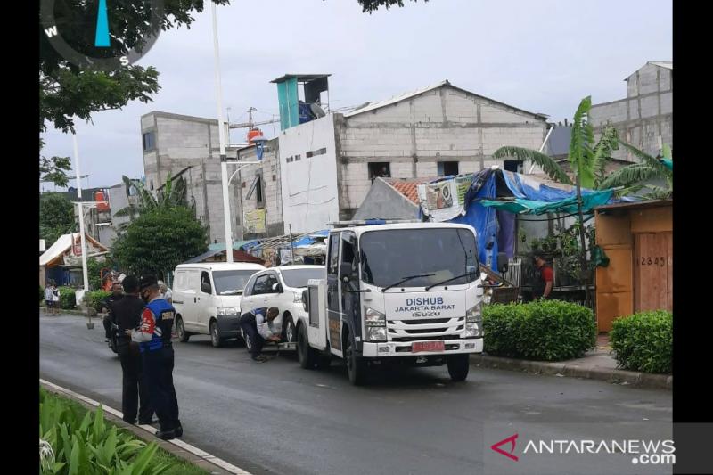 Dishub Jakarta Barat derek tujuh kendaraan di Pesakih