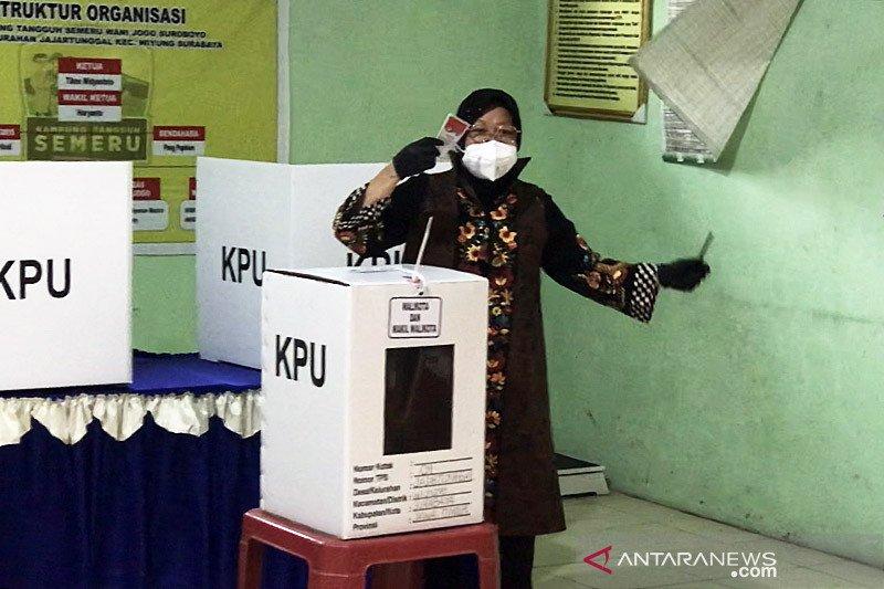 Pilkada Surabaya, Wali Kota Risma 20 detik di bilik suara