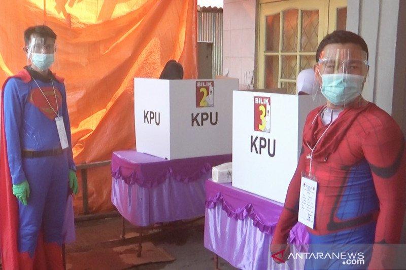 Petugas KPPS kenakan kostum superhero tingkatkan partisipasi pemilih