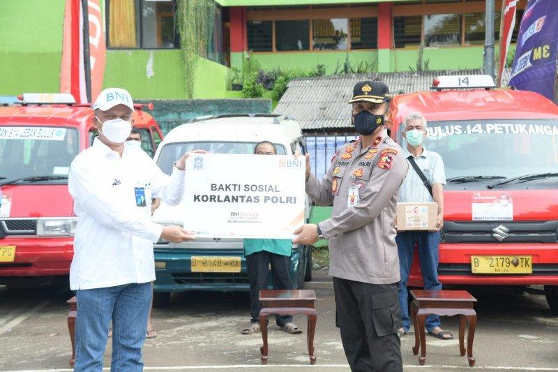 Korlantas bagikan 9.500 sembako untuk sopir angkot Jaksel