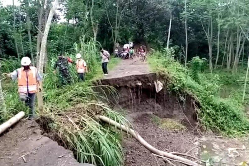 Badan jalan menuju penyeberangan Sungai Brantas di Tulungagung longsor