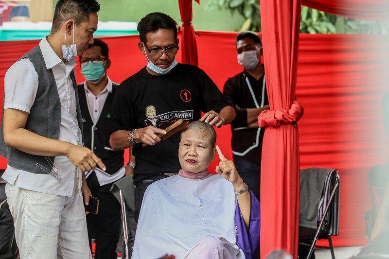 Kader PDIP Surabaya cukur massal rayakan kemenangan Eri-Armuji