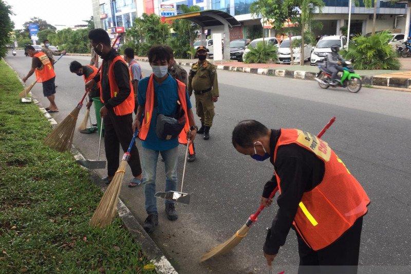 Sejumlah warga Batam jalani sanksi membersihkan fasilitas umum