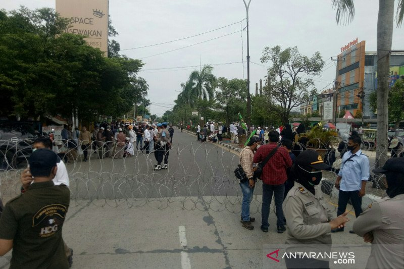 Polisi blokade jalan halau pendukung rizieq shihab di Palembang