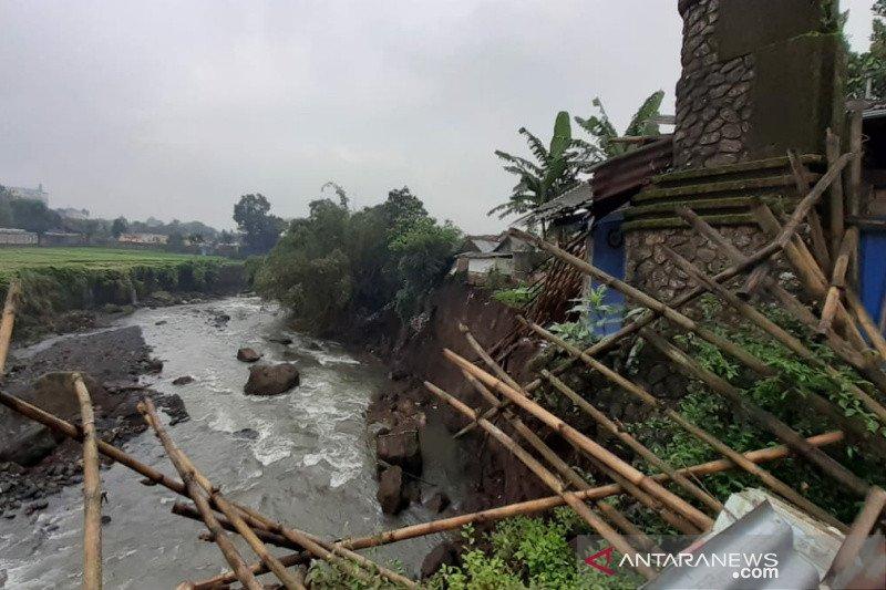 Delapan rumah di Banyumas rusak akibat tebing sungai longsor