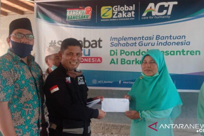 ACT Sumbar beri bantuan biaya hidup untuk 50 guru pesantren Al-Barkah