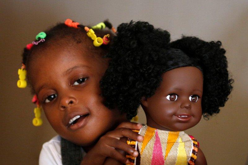 Perusahaan Pantai Gading buat boneka berkulit hitam untuk anak Afrika