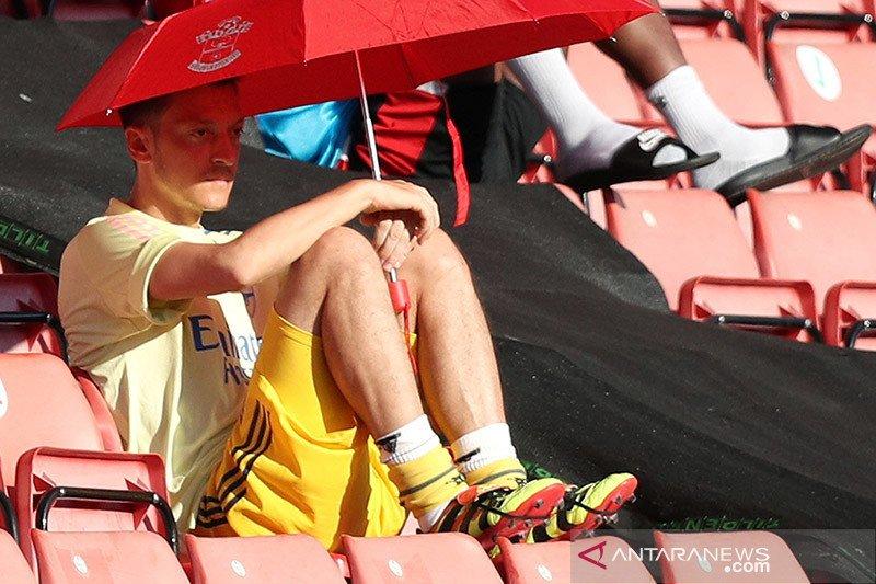 Mesut Ozil berharap bisa bantu Arsenal keluar dari masa sulit