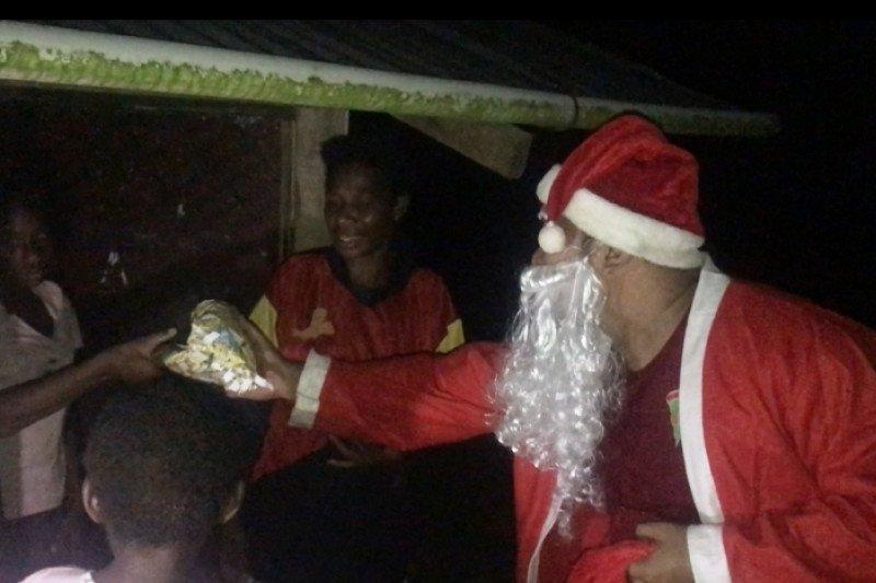 Prajurit TNI bagi hadiah Natal warga di perbatasan RI-Papua Nugini