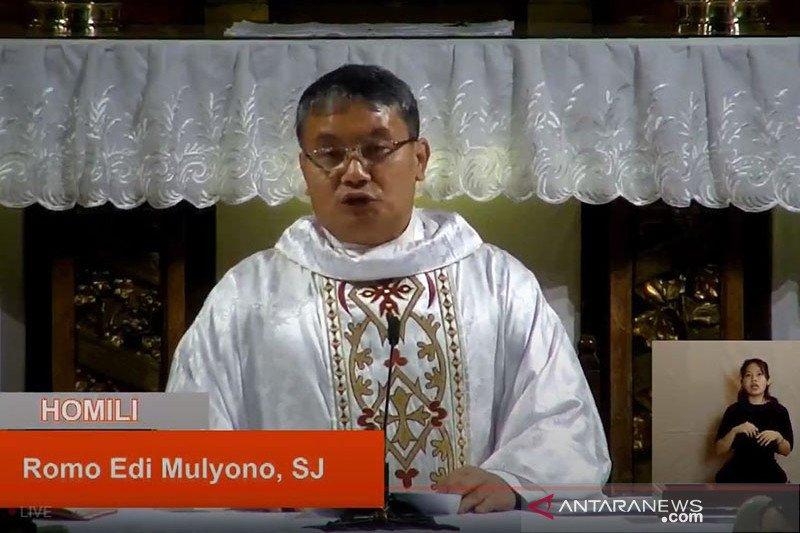 Jemaat Katedral Jakarta dicek suhu tubuh untuk Misa Natal tatap muka