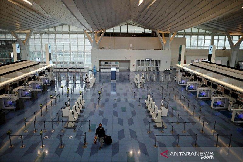 Bandara Haneda di Tokyo yang biasa ramai kini lengang