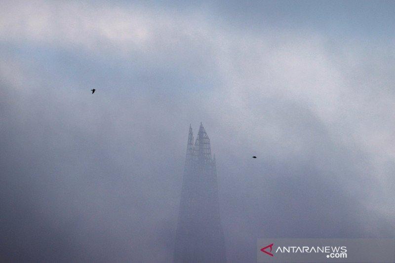 London Eye tertutup kabut