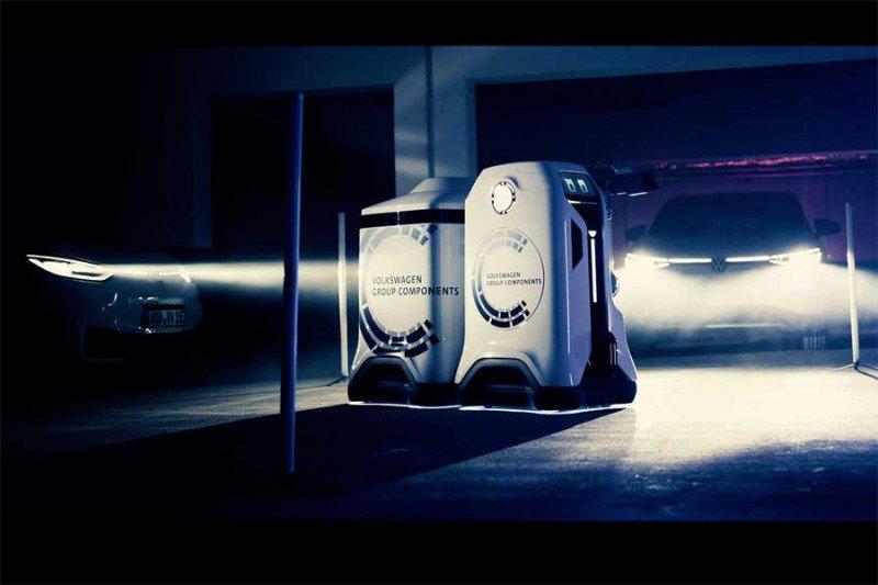 Robot Volkswagen siap isi daya mobil listrik di tempat parkir