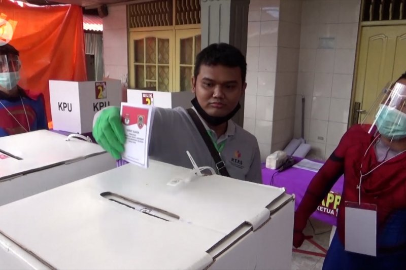 Ajak pemilih ke TPS, petugas KPPS kenakan kostum superhero