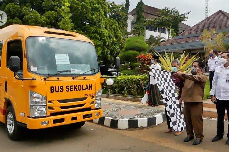 Kemenhub serahkanbantuan bussekolah untuk ponpes
