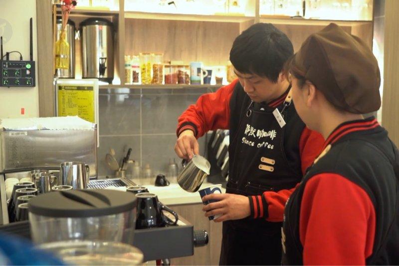 Kafe sunyi di China sebarkan dukungan dan cinta untuk penyandang tunarungu