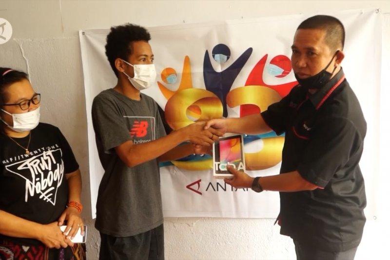 LKBN Antara serahkan bantuan gawai bagi anak wartawan di Papua