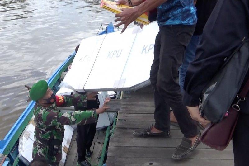 Petugas distribusikan logistik Pilkada ke pulau terpencil di Banjarmasin