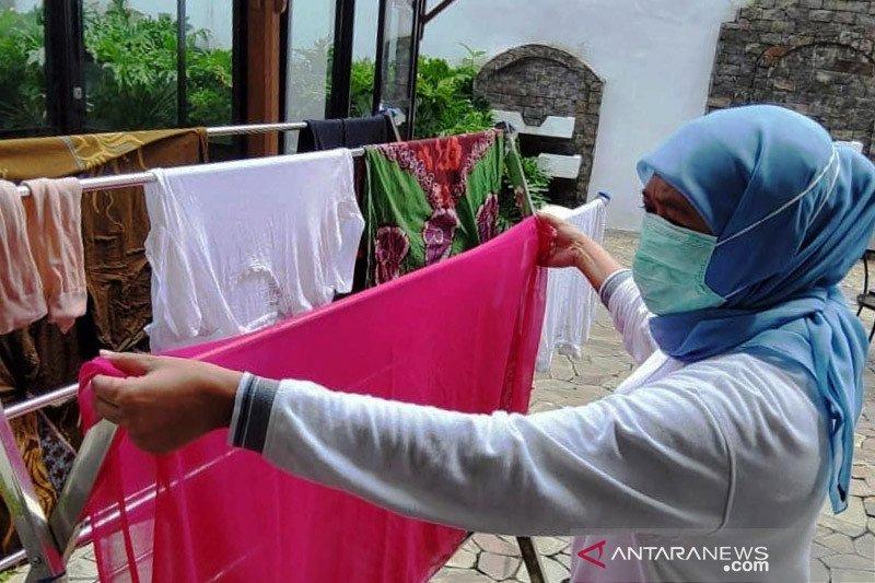 Gubernur Khofifah cuci baju sendiri saat jalani isolasi mandiri