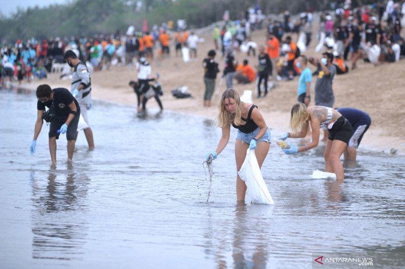 Aksi bersih sampah Pantai Kuta