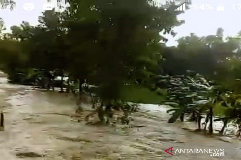 Banjir bandang terjang perkampungan di Robatal Sampang Jatim