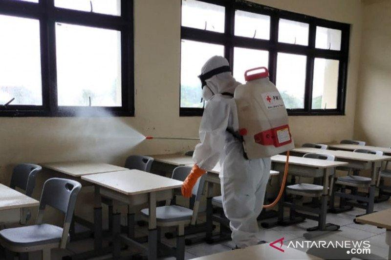 Persiapan tatap muka, sekolah di Jaktim disemprot disinfektan