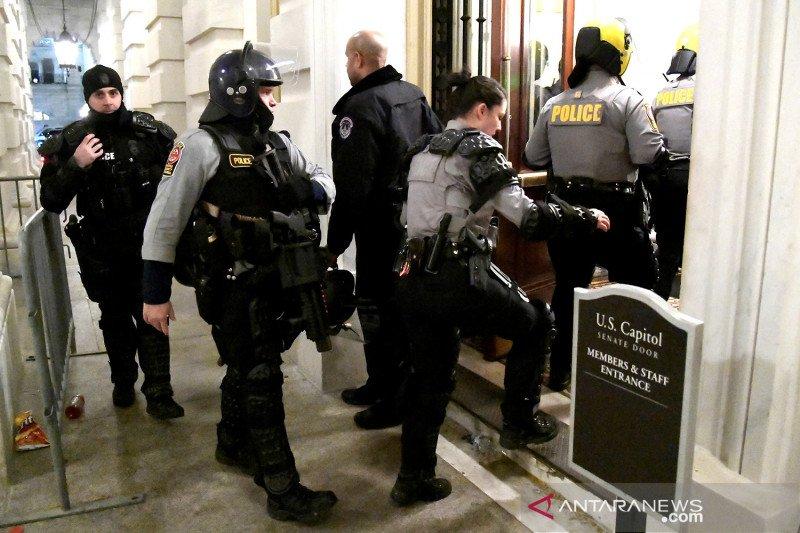 Seorang polisi tewas setelah terluka dalam kerusuhan di Capitol