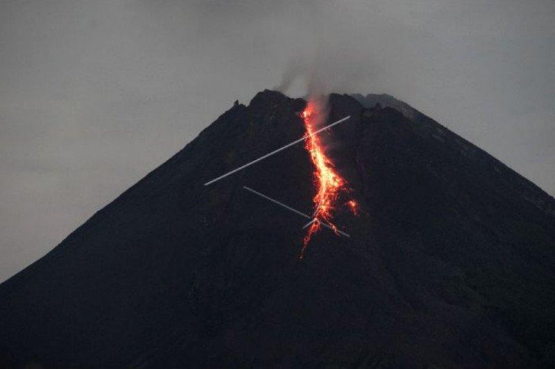 BPPTKG catat Merapi keluarkan 4 kali guguran lava pijar Sabtu malam