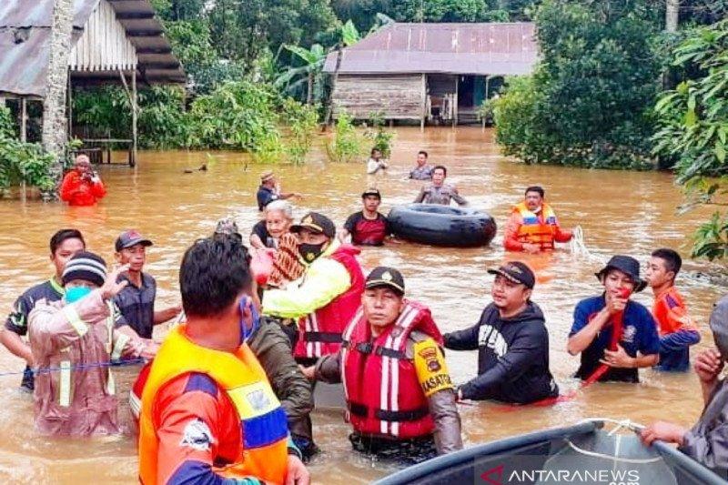 Sejumlah warga terjebak banjir di Banjarbaru dievakuasi